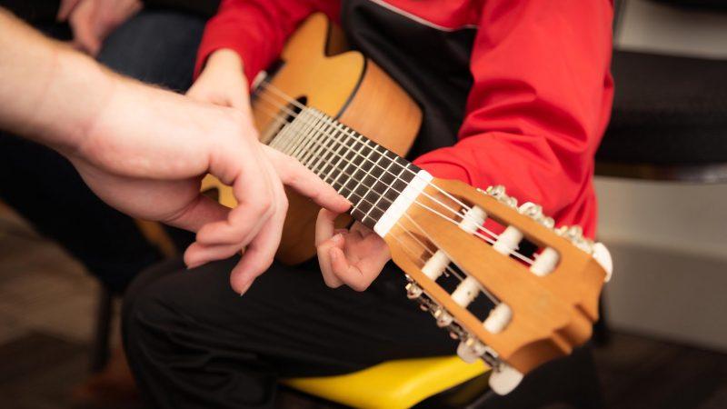pune mana pe chitara