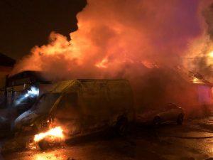 Mediaș - 1 microbuz a ars și 1 depozit distrus. Mână criminală!